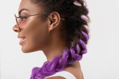 Adolescente lindo alegre con las coletas de la violeta del encanto Imagen de archivo