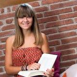 Adolescente lindo con el libro de lectura. Imagen de archivo libre de regalías