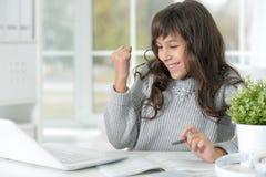 Adolescente lindo con el ordenador portátil Fotos de archivo libres de regalías