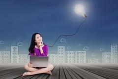 Adolescente lindo con el ordenador portátil y la lámpara Imágenes de archivo libres de regalías