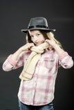 Adolescente lindo con el retrato del primer del sombrero del padre Imagenes de archivo