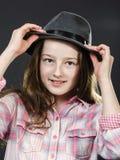 Adolescente lindo con el retrato del primer del sombrero del padre Foto de archivo