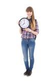 Adolescente lindo con la mochila y el reloj aislados en blanco Imagen de archivo libre de regalías
