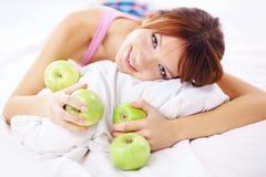 Adolescente lindo con las manzanas Imagen de archivo libre de regalías