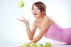 Adolescente lindo con las manzanas Imagenes de archivo