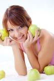 Adolescente lindo con las manzanas Fotos de archivo