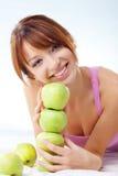 Adolescente lindo con las manzanas Fotos de archivo libres de regalías