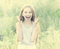 Adolescente lindo con las margaritas encantadoras de la cosecha de la sonrisa Fotos de archivo