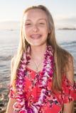 Adolescente lindo con los apoyos en vacaciones tropicales de la playa de la isla Fotografía de archivo libre de regalías