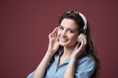 Adolescente lindo con los auriculares Imagenes de archivo