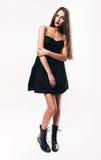 Adolescente lindo con los labios rojos en vestido negro Foto de archivo libre de regalías