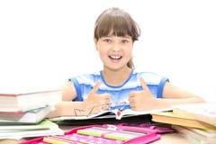 Adolescente lindo con los libros en el fondo blanco Imagen de archivo