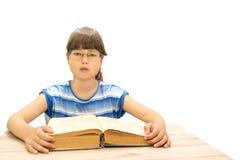 Adolescente lindo con los libros en el fondo blanco Imagen de archivo libre de regalías