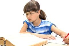 Adolescente lindo con los libros en el fondo blanco Imagenes de archivo