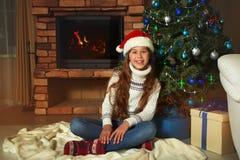 Adolescente lindo debajo del árbol de navidad Foto de archivo
