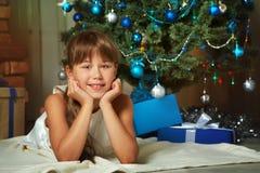 Adolescente lindo debajo del árbol de navidad Fotos de archivo