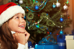 Adolescente lindo debajo del árbol de navidad Fotografía de archivo libre de regalías