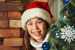 Adolescente lindo debajo del árbol de navidad Fotografía de archivo