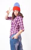 Adolescente lindo del inconformista con el sombrero de la gorrita tejida Fotografía de archivo