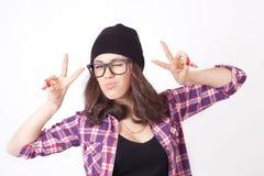 Adolescente lindo del inconformista con el sombrero de la gorrita tejida Imagen de archivo