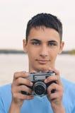 Adolescente lindo del muchacho con la cámara del telémetro del vintage Imagenes de archivo