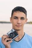 Adolescente lindo del muchacho con la cámara del telémetro del vintage Fotografía de archivo libre de regalías