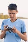 Adolescente lindo del muchacho con la cámara del telémetro del vintage Imágenes de archivo libres de regalías