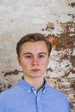 Adolescente lindo delante de la pared de ladrillo sucia Fotografía de archivo