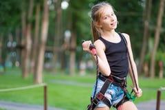 Adolescente lindo en arnés de seguridad Imagen de archivo