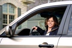 Adolescente lindo en coche Fotos de archivo