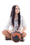 Adolescente lindo en el dril de algodón que se sienta con la bola Fotografía de archivo