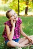 Adolescente lindo en el jardín verde Foto de archivo