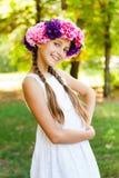 Adolescente lindo en el jardín verde Imagen de archivo