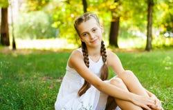 Adolescente lindo en el jardín verde Imagen de archivo libre de regalías