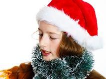 Adolescente lindo en el sombrero rojo de santa con la caja de regalo Fotografía de archivo libre de regalías