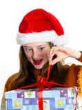 Adolescente lindo en el sombrero rojo de santa con la caja de regalo Foto de archivo
