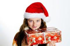 Adolescente lindo en el sombrero rojo de santa con la caja de regalo Imágenes de archivo libres de regalías