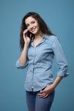 Adolescente lindo en el teléfono Fotos de archivo libres de regalías