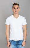 Adolescente lindo en la camiseta blanca Foto de archivo