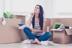 Adolescente lindo en ropa casual se está sentando con las piernas cruzadas en Imágenes de archivo libres de regalías
