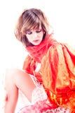 Adolescente lindo en un thinkin anaranjado de la alineada de lujo Fotografía de archivo