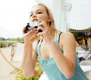 Adolescente lindo joven con la cámara afuera Imágenes de archivo libres de regalías
