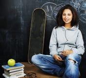 Adolescente lindo joven en sala de clase en el asiento de la pizarra en TA Fotografía de archivo