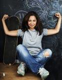 Adolescente lindo joven en sala de clase en el asiento de la pizarra en TA Fotografía de archivo libre de regalías