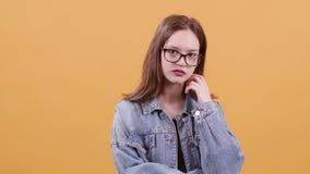 Adolescente lindo mismo que mira serio y confiado la cámara metrajes