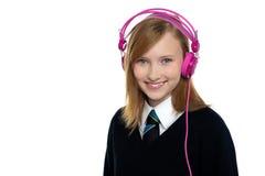 Adolescente lindo que escucha la música Imagen de archivo