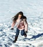 Adolescente lindo que juega en la nieve blanca Imágenes de archivo libres de regalías