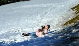 Adolescente lindo que juega en la nieve blanca Fotos de archivo