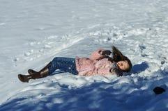 Adolescente lindo que juega en la nieve blanca Imagen de archivo