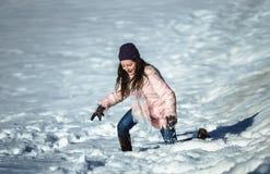 Adolescente lindo que juega en la nieve blanca Fotografía de archivo